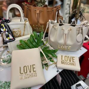 👜🛍 Tenemos muchas novedades en moda y accesorios, como la nueva colección de bolsos de @moschino de primavera-verano 💐☀️ Con tonos claros, naturales para que combinen con todo. ¡No nos pueden gustar más! 🤍  👉🏼 Estad muy atent@s porque os iremos poniendo todas las novedades.  #modamujer #tendencias #fashionstyle #tiendaonline #modayaccesorios #moschino #newcollection