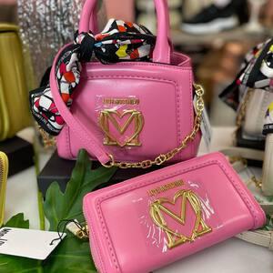 🎁 ¿Sigues buscando el regalo ideal para el Día de la Madre? En Dreams te proponemos este conjunto de bolso y cartera de la nueva colección de @moschino 💕👜 de un color muy vivo perfecto para lucir en primavera y verano. ¡Aún estás a tiempo de hacerte con él!  #complementosdemoda #moschino #diadelamadre #regalodiadelamadre #fashionstyle #tiendademoda #bolsosmoschino #bolsosdemoda #tiendaonline