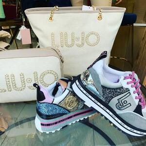 👟👜Nueva colección de primavera de @liujoglobal 😍 colores vivos para las zapatillas y tonos naturales en los bolsos. ¿Os gusta tanto como a nosotros?   🛍 Descubre toda la colección en nuestra tienda física o nuestra tienda online. (Link en la bio)  #complementosdemoda #liujo #liujoshoes  #liujobags #zapatillasplataforma #bolsosdemoda #tiendaonline #liujoglobal #fashionstyle #tendencias