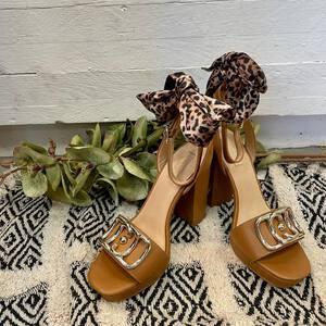 ¿Estás buscando el regalo perfecto para el Día de la Madre? 💝 👩👧👦 Te proponemos estas espectaculares sandalias de la nueva colección de @liujoglobal . ¡Le encantarán! 🤍   🛍 En nuestra tienda física y online podéis ver todos nuestros productos, encontrarás el regalo que se merece 🎁  #tiendamoda #sandaliastacon #nuevacoleccion #coleccionverano #liujoshoes #fashionstyle #tendencias2021