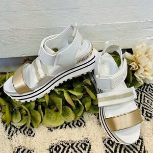 ☀️ Sólo quedan 10 semanas para verano. Habrá que ir preparándose, ¿no? 😎  Con nuestra nueva colección de sandalias vas a causar tendencia este verano.  ¿Qué os parece este par de @liujoglobal ? 🤍  🛍 Toda la colección disponible en la tienda física y en nuestra tienda online. (Link bio)   #tiendamoda #sandaliasplataforma #nuevacoleccion #coleccionverano #liujoshoes #fashionstyle #tendencias2021