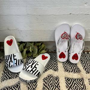 Hoy os traemos uno de nuestros favoritos de moda de la nueva colección de primavera-verano ☀️ Las chanclas de @moschino 🤍   Irás a la moda incluso al bajar a la playa 👙 ¿Qué os parecen?  #tiendamoda #chanclasfashion #nuevacoleccion #coleccionverano #moschinoshoes #fashionstyle #tendencias2021